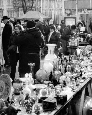 --- 0166_Kiev4_1219_hd116_hp5_28 --- #blackandwhite #filmphotography #ilford #hp5plus #kiev4 #35mm #vienna #winter2019 #urbanlandscape #Landscapes #fleamarket Flohmarkt am Naschmarkt