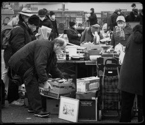 Flea market, Naschmarkt #fleamarket #naschmarkt #vienna #antique #vintage #retro #bw #blackandwhitephotography #monochrome #blackandwhite #naturallight #fujifilm #jupiter8 Flohmarkt...