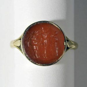"""Der Ring des """"Geheimen Komitees"""" – Im Wartezimmer von Freuds Ordination erfahrt ihr spannende Details über die..."""