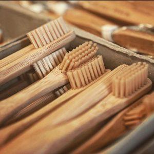 Mit Holzzahnbürsten könnt ihr schon bei der täglichen Mundhygiene etwas für die Umwelt ...