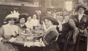 С праздником, дорогие женщины! На фото: участницы международного конгресса суфражисток 1913 года завтракают ...