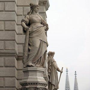 Schlagfertig und selbstbewußt. Danke @h_dps für die Frauenstatue am Wiener Rathaus zur Einstimmung auf den #Weltfrauentag morgen....