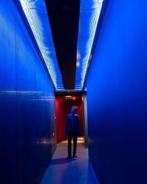 Out of the blue into the black. #sonotopia #hdmvienna #museum #hdmvienna #neilyounglyric #alyricaday © Hanna Pribitzer @hansineimglueck...