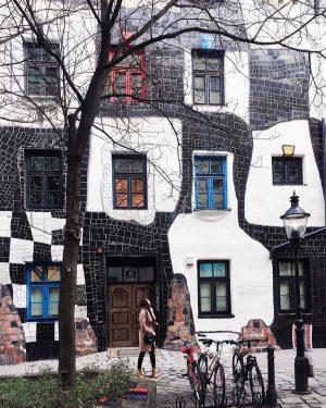 • HAUSNUMMER 13 📍 Schon mal beim Hundertwasserhaus gestanden, obwohl Du ins KUNST HAUS WIEN. Museum Hundertwasser...