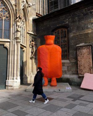 😍#bigmother 🧡 #sculptureart by #erwinwurm #stephansdom #strollingaround #stephansplatz #1010wien #march2021 #10000schritte #keepyourdistance #staysafe #lockdownlife #wien🇦🇹 #wienliebe #wienstagram...