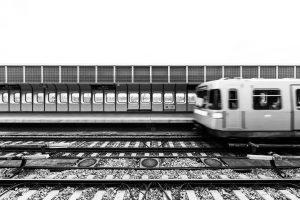Bitte hinter die gelbe Sicherheitslinie, zurücktreten, Zug fährt ein! #zugfährtein #trainstation #ubahn #metro ...