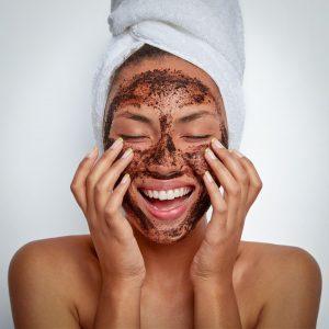 It's Wellness-Wednesday 🧖♀️🧖. Verwöhnt euch heute mit einem selbstgemachten Kakao-Gesichtspeeling! 🤩 50g Kristallzucker 1 ½ El Jojoba-Öl...
