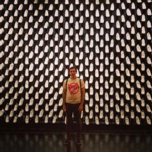 Unser @jangeorgplavec heute vor 400 Sneakern vom @bilderbuchmusik-Bühnenbild von @clemensloeffelholz im @mqwien #approximation #approximationbybilderbuch @q21_vienna Q21