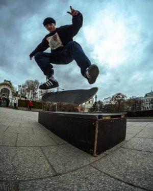 Flip 5-0 von der letzten sesh! Danke @katzengras.shinken für das geile pic 🙏🏼🔥 #skateboardingisfun #thankyouskateboarding Karlsplatz
