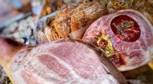 Der Beinschinken aus der Fleischerei Gissinger ist eine wahre Schinkenspezialität. Sorgfältig ausgesuchte Beinstücke werden in der Produktion...
