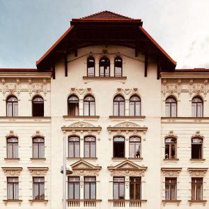 Almost Semmering. Florianigasse, Josefstadt, Vienna. @philopolist @almosttimbuktu #wojciechczaja #editionkorrespondenzen #almost #almostthere #city #cityphotography #travelphotography #travel #urbanphotography #urbanjungle...
