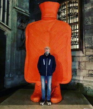 Wärmeflasche von @erwinwurm - #stephansdom #ostern2021 #instaart #instagood #instadaily #instaweek #igersvienna #igersaustria #picoftheday #viennablogger #viennabylocals #contemporaryart Stephansplatz