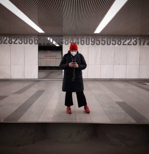 Unterwegs ... lady in red! #karlsplatz #unterwegs #wien#vienna#redhat#redshoes #redsocks #wtf