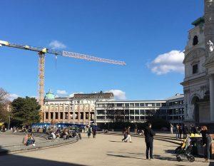 zweimal am tag am karlsplatz vorbei...#wien #karlsplatz #henrymoore 💛 Karlsplatz