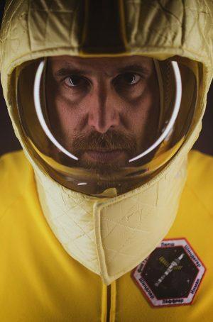 Auch SEBASTIAN SCHINDEGGER steckt seit über einem Jahr auf einer havarierten Raumstation irgendwo im All fest... www.schauspielhaus.at/projekt_lostinspaceandtime...