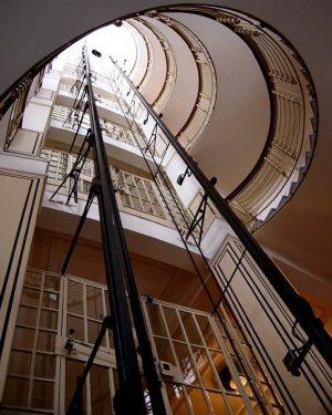 🧚♂️✨ . #elevator #historicelevator . . #vienna #vienna_city #oldvienna #architecture #architecturelovers #igersvienna #facade #mystery #michaelhuey #viennaartist #americanartist...