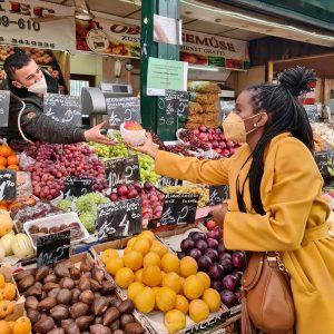Bezirksrätin @angelasimoes_krainer am fleißigen Einkaufen am Wiener Naschmarkt... So viele aus unserem Team ...