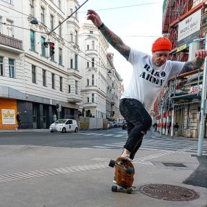 🏄🏄🏄 #curfboard #surfskate #tattooed . . . . #surfer #skateboardingisfun #inked #carverskate #surfstyle #vienna #sk8 #surfing #wien...