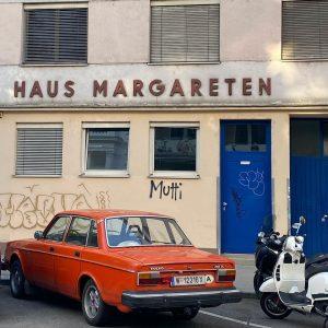 🚘 PARKING SINCE 1977 😆 lieeebe die farbe 🍊 lieeeebe vespa 🛵 und ...