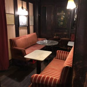 平常客流眾多的文青覺青老咖啡館今晚因台灣土豪前來而特別寧靜😎😎😎 #維也納咖啡文化 #人文老咖啡館 #另類文化遺產 Café Hawelka