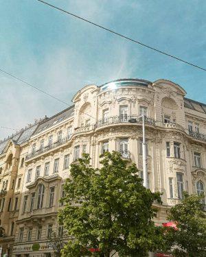 Oh, Vienna 🖤 . . . #vienna #viennailoveyou #linkewienzeile #naschmarkt #mariahilf #architecture #historic #viennesearchitecture #fassade #viennawurstelstand #wien_eu...