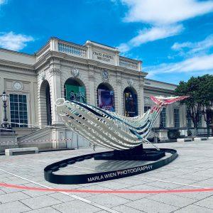 There's a #whale @museumsquartier in #wien Hay una #ballena junto al #mumok #museum ...