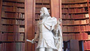 _ 図書館のあらゆる所に何体も貴族や皇帝の石像が置かれています。この方はまるで本を取ってと指差してるみたい(笑) #austria #wien #europe #vienna #オーストリア #ウィーン #ヨーロッパ #ヨーロッパ好き #オーストリア旅行 #ウィーン旅行 #ヨーロッパ旅行 ...