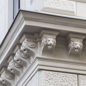 Die Strohgasse 16, eine typische Wiener Gründerzeitfassade, besitzt eine reiche Ausstattung die zur Gänze aus Romanzement besteht....