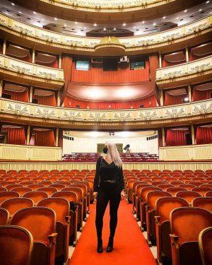 "Post-lockdown opera night 💁🏼♀️🥰 ""Das also ist des Pudels Kern"" 🐩 📸 @rociogrc #opera #vienna #wien #operwien..."