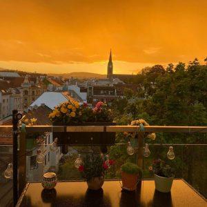 Gelbe Stunde #Yellow #yellowhour #view #sundown #sun #sonnenuntergang #währing #weinhaus #church #kirche #wien #vienna #spring #kitsch #wow...