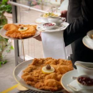 DAS Wiener Schnitzel ❤️ Schnitzel Love @meisslundschadn bekommt die Goldene Ananas von 1000thingsinvienna ...