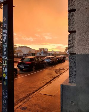 🧡 At the same moment it was raining.