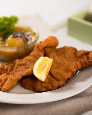 Unser Klassiker: Wiener Schnitzel mit Petersilerdäpfel und Preiselbeeren 🤤 Wer von euch hat ...