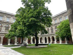 Wann habt ihr die Uni zum letzten Mal von innen gesehen? 🙈 Wir vermissen den schönen Innenhof...