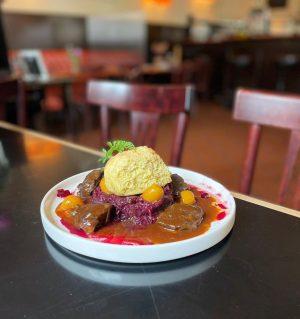 Das heutige #mittagsmenü : geschmorte Wildschweinbackerln 🐗 mit Rotkraut und Karottelbuchteln 🥕Guten Appetit ♥️ #wochenkarte #wirtshaus #wienerküche...
