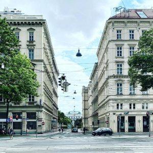 Adolf Loos machte mit den Schülern seiner Bauschule mehrmals kritische Spaziergänge durch Wien. Aus Mitschriften wissen wir,...