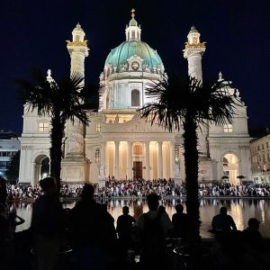 TGIF! #karlskirche #hotspot #fridaynight #underpalmtrees #vienna #igersvienna Karlsplatz