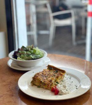 💚Der heutige #tagesteller : Spargelquiche mit grünem Salat 🥗mhmmmmm #lecker und #gesund … guten Appetit ✨ #wochenkarte...