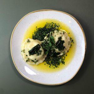 🌱🧈 KÄRNTER KASNUDELN mit Topfen, brauner Butter & Schnittlauch #figlmüller #genusswien #takeawaywien #foodartist #goodforyou #igersvienna #1000thingsinvienna #wienliebe...