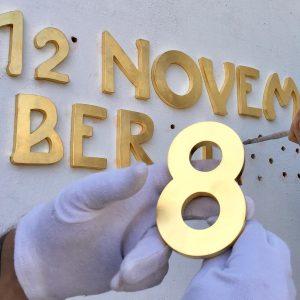 Wir hatten heute die Ehre, bei der Secession in Wien zwei vergoldete Inschriften ...