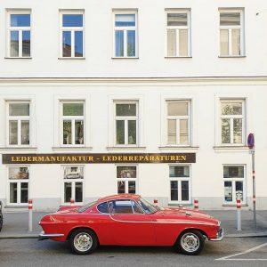 #ASundayCarpic # #poldi1646 #polditown #leopoldstadt #wienerfassaden #carsofinstagram #redcar #windowsanddoors #windows #sebastiankneippgasse #str#streetphotography #streetview #streetlife #wienliebe #viennanow #igersaustria...