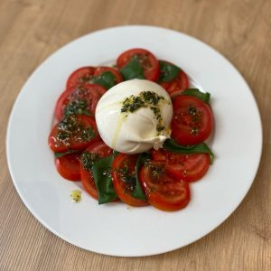living the best life, or at least trying to 😅 #burrata #mozzarella #tomatoes #tomatoslices #basil #oliveoil #saltandpepper...