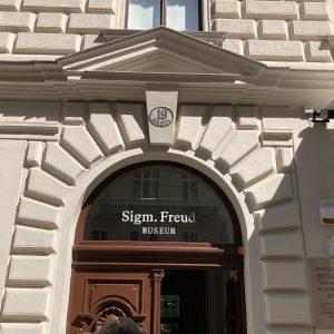Visiting Dr. Freud #vienna #freud #sigmundfreud #psychoanalysis #psychoanalyse #freudmuseum #wien Sigmund Freud Museum