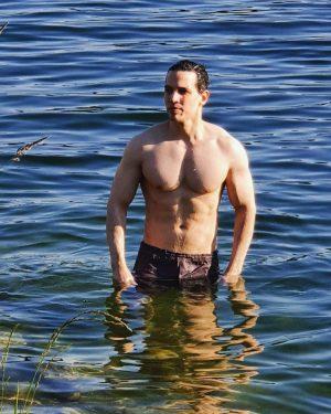 Nadando no Danubio depois de um longo (e quente) dia de trabalho 😬#summeriscoming #neuedonau Neue Donau