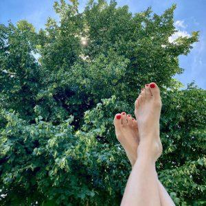 Das sind die hochgelagerten Füße einer frischgebackenen Kräuterpädagogin 🌱🌱🌱 unter einer Sommerlinde an ...
