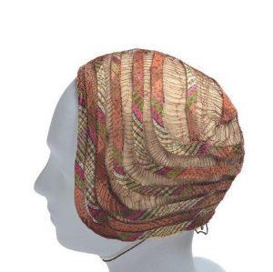   Im Bereich der Hüte waren Künstlerinnen tonangebend. Diese beiden Hüte stammen von Josefine Podboy, die...