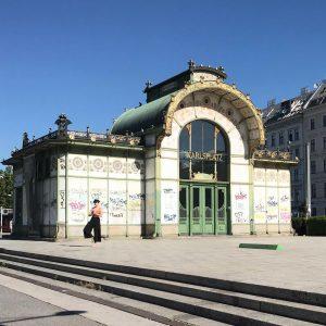 #wien #vienna #sun #ottowagner #ottowagnerpavillon #metro #ubahn #metrostation #girl #sunnyday #viennalife #wienistanders #bluesky #yogainspiration #yoga #wienstagram Wien,...