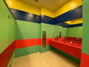 """""""Echt toll. Die Toilettentür passt zum Ausstellungsraum. Die Toilette selbst ist in den Farben des offiziellen Logos..."""