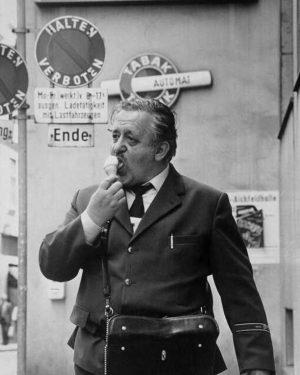 Eis halten ausdrücklich erwünscht 🍦😉 (Fotografie, 1983, Bildarchiv und Grafiksammlung) #briefträger #postler #postman #eis #icecream #streetphotography #harryweber...