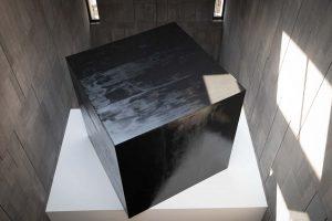 #mumokZobernig: Noch bevor man die Ausstellung Heimo Zobernig betritt, begegnet man zwei Arbeiten des Künstlers im vertikalen...